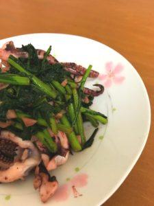 子宮を温める薬膳レシピ。イカと春菊の炒め物